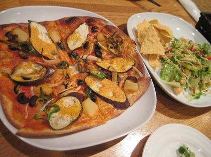 カシューナッツチーズピザとグリーンサラダ.JPG